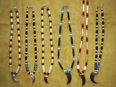 Griffe d\u0027Ours et de Loup avec perles de bois et os. Artisan Huron,Wendat,  Wendake, Qbc
